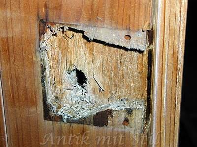 Reparatur der Schlossaufnahme in der Tür der Kommode