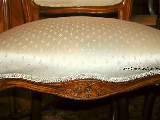 Italienischer Stuhl komplett restauriert und mit edlem Lilien-Polsterstoff klassisch bezogen