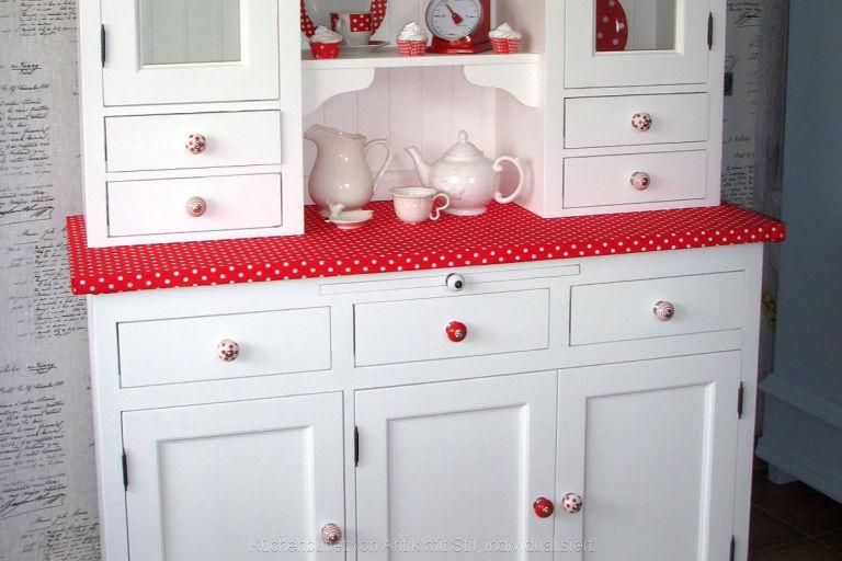 Küchenbuffet in Sonderanfertigung: Arbeitsplatte in rot mit weißen Punkten