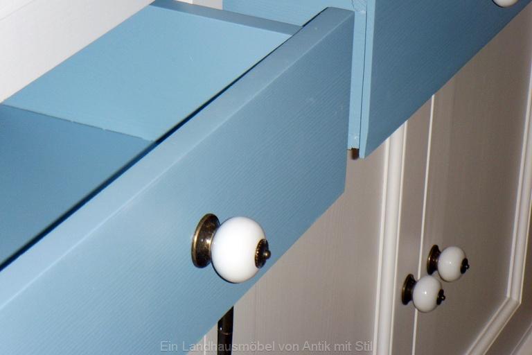 Küchenbuffet weiß-blau mit Porzellanknöpfen