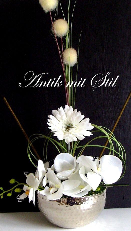 Kunstvoll arrangierte Seidenblumen-Gestecke